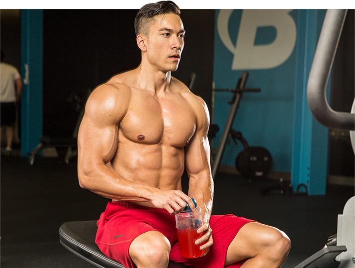 Что пить во время тренировки: воду или спортивные добавки в тренажерном зале?