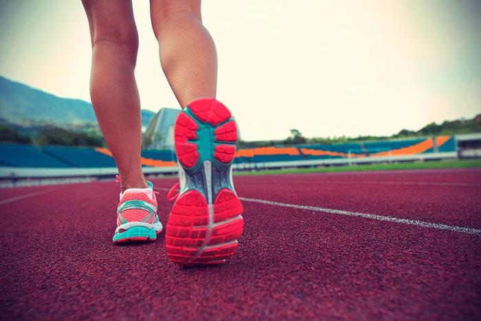 Беговые кроссовки на стадионе