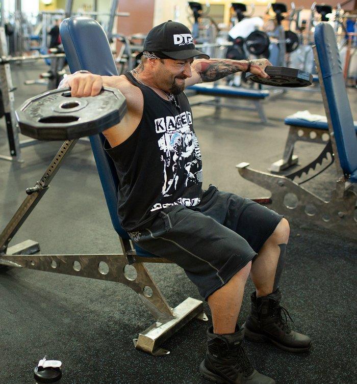 Комплекс упражнений на плечи с гантелями